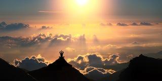Yoga boven de wolken Royalty-vrije Stock Foto