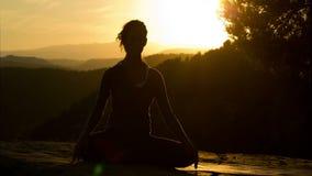 Yoga buiten stock videobeelden