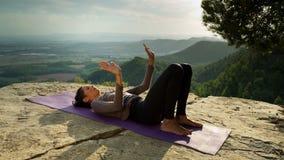 Yoga buiten stock footage