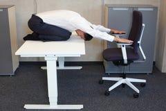 yoga in bureau Royalty-vrije Stock Foto
