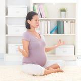Yoga che medita a casa Immagine Stock