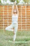 Yoga che pratica nel parco Fotografie Stock