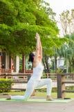 Yoga che pratica nel parco Fotografia Stock Libera da Diritti
