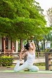 Yoga che pratica nel parco Immagine Stock Libera da Diritti