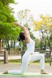 Yoga che pratica nel parco Immagine Stock