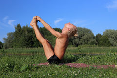 Yoga class outdoors Royalty Free Stock Photography