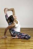 Yoga Compass Pose di modello abbastanza femminile Fotografia Stock