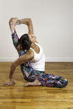 Yoga Compass Pose modelo bastante femenino Fotografía de archivo