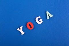 Yoga compuesto de letras de madera del ABC del bloque colorido del alfabeto Foto de archivo libre de regalías