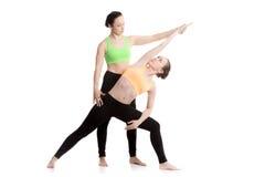 Yoga con el coche, actitud extendida del ángulo lateral imagenes de archivo
