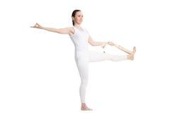 Yoga con i puntelli, padangusthasana di Utthita Hasta Immagine Stock Libera da Diritti