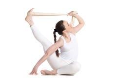 Yoga con i puntelli, posa di kraunchasana di parivritta fotografie stock libere da diritti