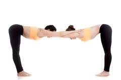 Yoga con il partner, posa di Ardha Uttanasana fotografia stock libera da diritti