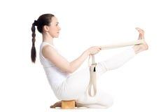 Yoga con los apoyos, actitud de Krounchasana Fotografía de archivo