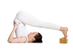 Yoga con los apoyos, actitud del arado Foto de archivo libre de regalías