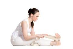 Yoga con los apoyos, actitud delantera asentada de la curva Fotografía de archivo