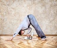 Yoga d'affaires drôles photographie stock