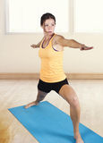 Yoga d'allungamento e facente femminile adatta Fotografie Stock