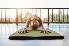 Yoga d'esecuzione femminile di forma fisica Immagini Stock