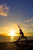 Yoga dall'oceano fotografia stock libera da diritti