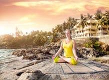 Yoga dans l'Inde photo stock