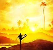 Yoga dans l'Inde tropicale photo libre de droits