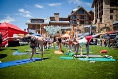 Yoga dans la ville de trains des jeux de montagne de Teva Photos stock