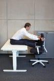 yoga dans le bureau photographie stock