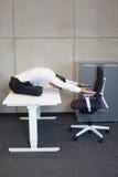 yoga dans le bureau photo stock