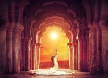 Yoga dans le temple Photographie stock