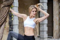 Yoga dans le vieux site historique Photo stock