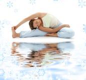 Yoga de Ashtanga en la arena blanca Imagenes de archivo