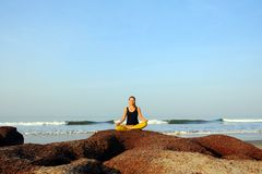Yoga de belle jeune femme et exercices de pratique d'étirage à la plage d'océan d'été photo libre de droits