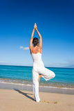 yoga de blanc de plage Photos stock