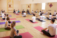 Yoga de classe d'exercice de personnes de diversité photos stock