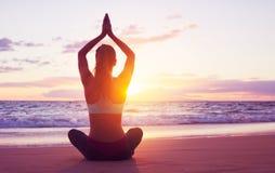Yoga de coucher du soleil Photographie stock libre de droits