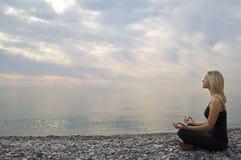 Yoga de début de la matinée Photographie stock