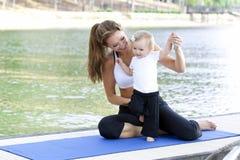 Yoga de descendant de maman Image libre de droits
