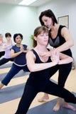 Yoga de enseñanza Imágenes de archivo libres de regalías