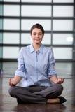 Yoga de femme d'affaires au travail images libres de droits