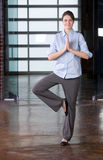 Yoga de femme d'affaires au travail photographie stock libre de droits