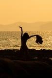 Yoga de femme dans le coucher du soleil Photos libres de droits