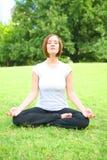 Yoga de femme extérieur images libres de droits