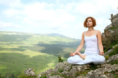 Yoga de formation de femme Photos stock
