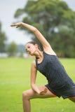Yoga de formation de jeune femme en parc Images libres de droits