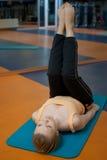 Yoga de forme physique images stock