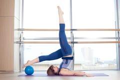 Yoga de forme physique de gymnastique de bille de stabilité de femme de Pilates Photos libres de droits