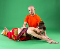 yoga De instructeur helpt vrouw om asana uit te voeren Royalty-vrije Stock Foto