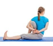 Yoga - de jonge mooie vrouw die yogaasana doen excerise geïsoleerd Stock Foto's