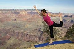 Yoga de la barranca magnífica foto de archivo libre de regalías